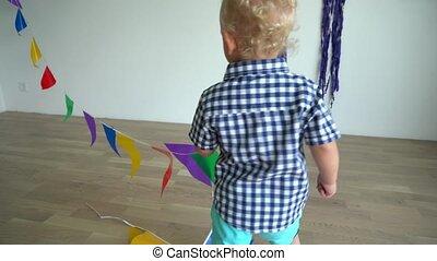 jongen, ondeugende , gimbal, kleurrijke, spelend, motie, flags., toddler