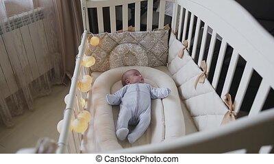 jongen, oud, schattig, maand, wiegje, pasgeboren baby, 3, slaapkamer, cot., herfst, het proberen, het liggen, asleep.