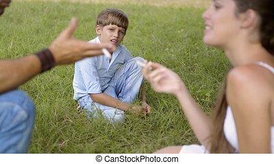 jongen, ouders, rokende sigaret