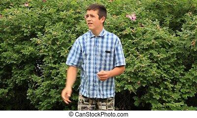 jongen, park, het spelen frisbee