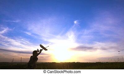 jongen, silhouette, tegen, rennende , ondergaande zon , vliegtuig