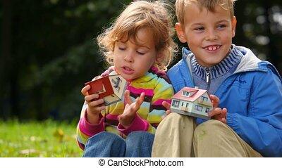 jongen, speelbal, vensters, huisen, meisje, telling, spelend