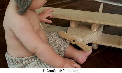 jongen, speelbal, zittende , houten, volgende, schaaf, kind