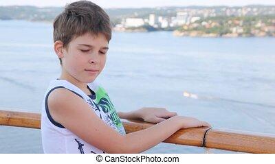 jongen, stalletjes, dek, tegen, namiddag, zee, scheeps , stad
