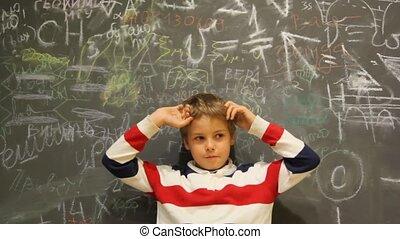 jongen, stalletjes, onzeker, tegen, schrijvende , chalkboard, bedekt