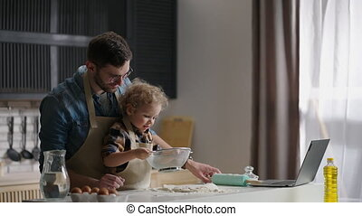 jongen, tableware, zijn, papa, gedurende, samen, gezin, vrolijke , uitgeven, weinig; niet zo(veel), tijd, weekend, spelend, het koken