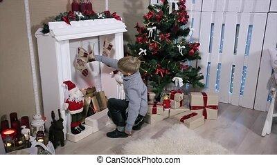 jongen, tenen, hoek, kamer, breed, kadootjes, boom., openhaard, witte , het kijken, openhaard, kerstmis