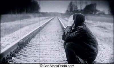 jongen, terneergeslagen, spoorweg
