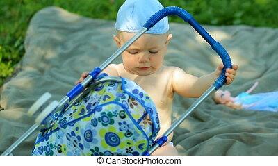 jongen, tuin, pop, het charmeren, baby, kleine, spelend, wandelaar