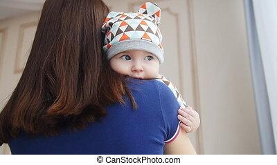 jongen, vrouw, haar, jonge, armen, vasthoudende baby