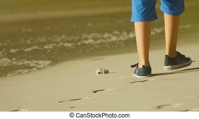 jongen, wandelende, strand