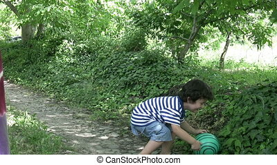 jongen, weinig; niet zo(veel), bal, spelend, vrolijke