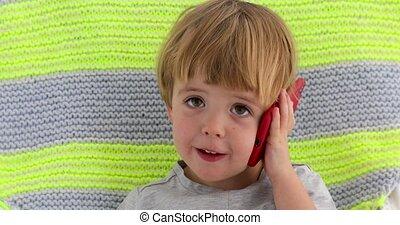 jongen, weinig; niet zo(veel), beweeglijk, hand, telefoon, holdingskind, het glimlachen