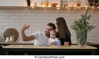 jongen, weinig; niet zo(veel), concept, hebben, mensen, ouderschap, selfie, gezin, -, vader, diner, smartphone, moeder, vrolijke , technologie, boeiend, restaurant
