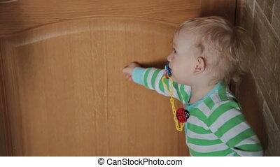 jongen, weinig; niet zo(veel), deur open, afsluiten