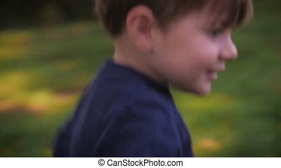 jongen, weinig; niet zo(veel), grit, op, handheld, rennende , blad, pluk, gras