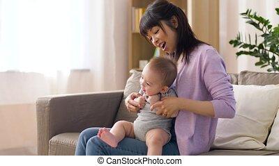 jongen, weinig; niet zo(veel), jonge, moeder, baby, thuis, vrolijke