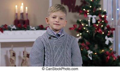 jongen, weinig; niet zo(veel), milieu, duim, het opgeven, boompje, het glimlachen, witte , openhaard, kerstmis, kamer