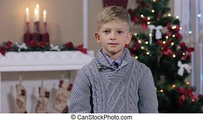 jongen, weinig; niet zo(veel), milieu, duim, het tonen, op, boompje, het glimlachen, witte , openhaard, kerstmis, kamer