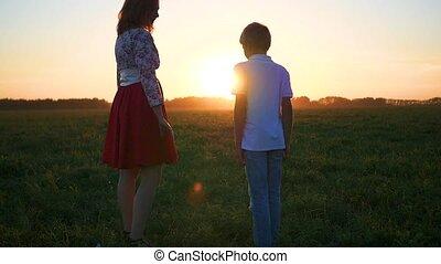 jongen, weinig; niet zo(veel), ondergaande zon , handen, meisje, houden