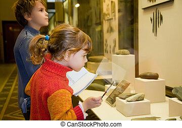 jongen, weinig; niet zo(veel), oud, historisch museum, tentoongestelde voorwerpen, excursie, glas, overblijfselen, meisje, gevallen
