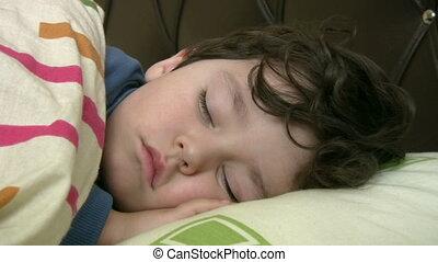 jongen, weinig; niet zo(veel), slapende
