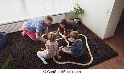 jongen, weinig; niet zo(veel), speelbal, vader, samen, bouwen, moeder, meisje, spoorweg