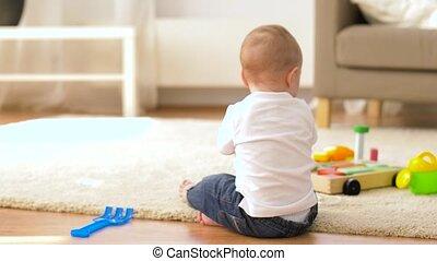 jongen, weinig; niet zo(veel), speelgoed, baby, thuis, spelend