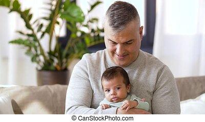 jongen, weinig; niet zo(veel), vader, baby, thuis, vrolijke