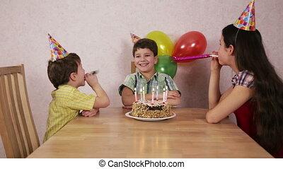 jongen, zijn, gezin, jarig, thuis, vieren