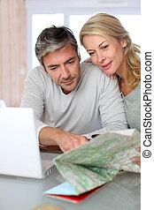 kaart, draagbare computer, vakantie, uitstapjes, planning, volwassen paar