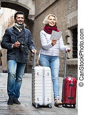 kaart, koffer, fototoestel, koppeel buiten