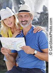 kaartlezen, buitenshuis, blij, paar, het glimlachen, middelbare leeftijd , sightseeing