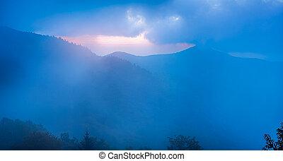 kam, blauwe , rotsachtig, gezien, pinnacle, mist