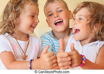 ??, kamer, drie, samen, gezellig, het glimlachen, kinderen, gebaar, optredens