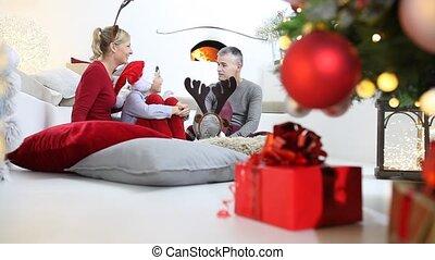kamer, familie toneelstuk, thuis, vrolijk, het glimlachen, zittende , openhaard, ouders, vrolijke , getrooste, verlicht, boompje, blij, kerstmis, verfraaide, hun, zoon, levend