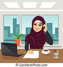 kantoor, zakelijk, arabier, vrouw het spreken, draagbare computer, telefoon, vervelend, hijab
