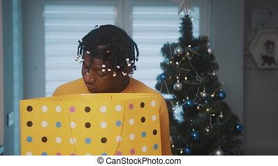 kerst boodschapend doend, afrikaan, binnen, gift., man, groot, het kijken, amerikaan, gouden, kado, het houden zak, black