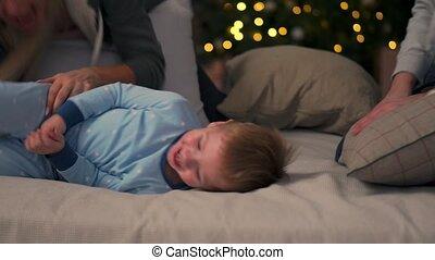 kerstmis, gezin, uitgeven, bed., kosteloos, zoon, vrolijk, hun, eva, year., tijd, plezier, nieuw, home., hebben