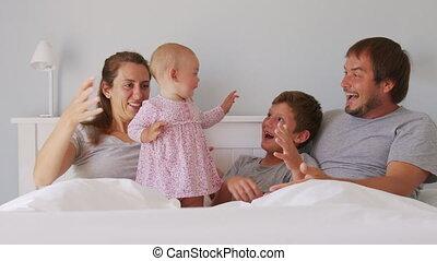 kieteldood, slecht, jonge, hebben, verslappen, zoon, familiedag, vrolijke , ouders, geitjes, weinig; niet zo(veel), dochter, laugh., onbezorgd, schattig, samen, kinderen