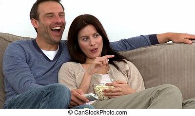 kijkende televisie, paar, vrolijke