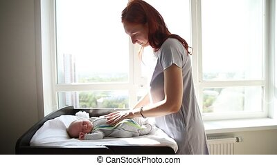 kinderbed, gember, vrouw, weinig; niet zo(veel), haar, het liggen, tikken op, baby, moeder