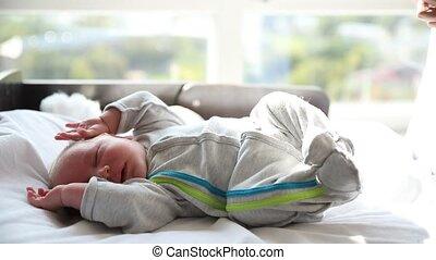 kinderbed, weinig; niet zo(veel), zijn, pasgeboren baby, slapende, fidgets