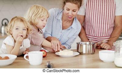 kinderen, binnen, gezin, twee, keuken, kleine, het bereiden, jonge, voedsel.