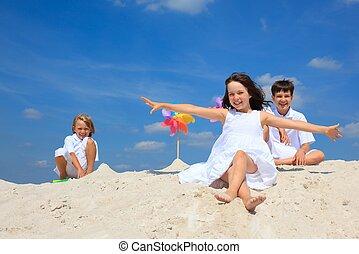 kinderen spelende, strand