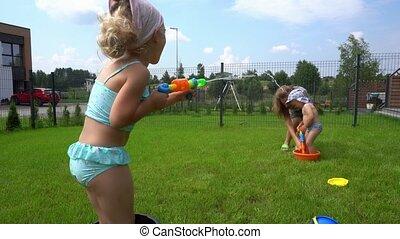 kinderen, woning, geweer, achterplaats, moeder, vrolijke , tuin, hebben, water vechten