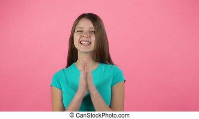 klappende handen, meisje, haar, lachen, studio., slowmotion