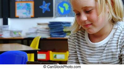 klaslokaal, schoolgirl, bureau, digitale , aanzicht, studerend , tablet, kaukasisch, 4k, voorkant
