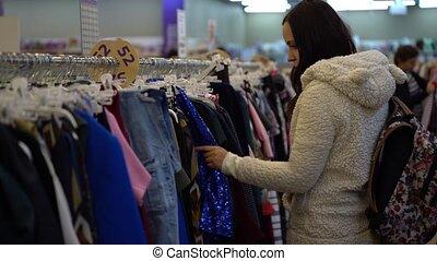 kleding, store., verticaal, jonge, shoppen , buy., het kijken, meisje, girl., winkel, mooi, kleren, vrouw