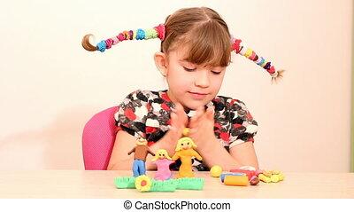 klein meisje, figuur, maken, gezin